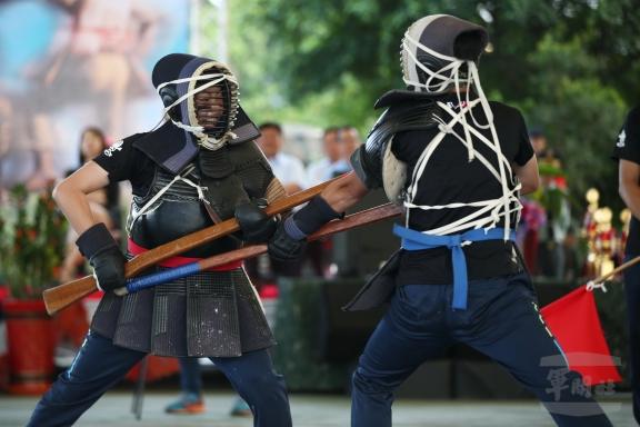 20180329_陸軍第6軍團「刺槍競賽」29日進行決賽,不同於平時操演場合,在完全沒有套招的情況下,可說拳拳到肉,過程扣人心弦;圖為女子組