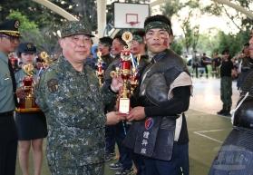 20180329陸軍第6軍團指揮官徐衍璞中將29日頒獎表揚「刺槍競賽」冠、亞軍及美技獎等選手。