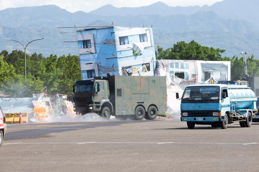 20180330_陸軍33化兵群重型消毒車30日於新竹民安演習中,執行災區消毒工作。