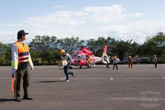20180330空中勤務總隊30日配合新竹民安演習,派遣直昇機進行物資運補。2