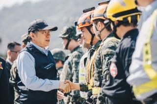 20180331臺北市長柯文哲在演練結束後,逐一向參演單位致謝