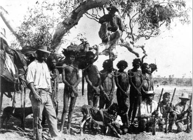 40,000多年前,土著居民定居澳大利亞大陸。他們屬遊牧民族,分散在整個澳洲上,在歐洲人佔領之前,有五百多個部落,人數達七十五萬之多