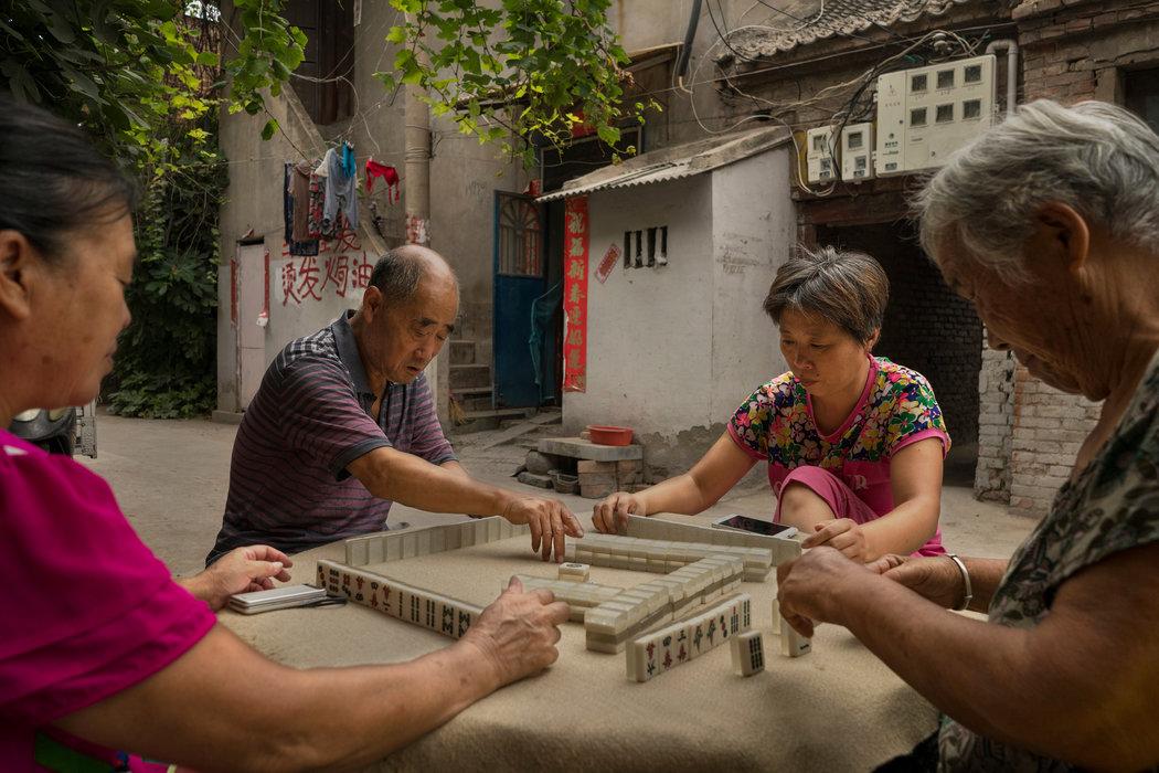 中國開封。老猶太教堂附近的猶太人社區裡,居民正在打麻將。
