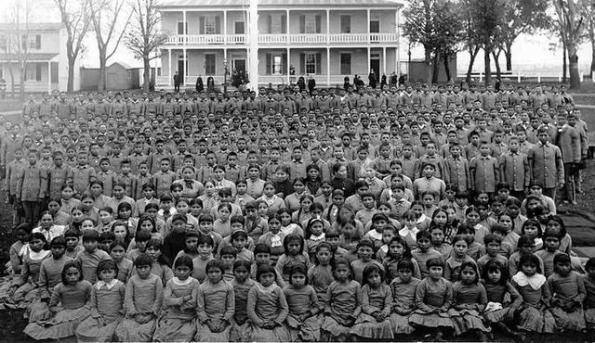 數以萬計的5到18歲的印第安小孩被帶離父母的身邊前往寄宿學校,很多父母並不願意把孩子交給白人,然而一切反抗都是徒勞的,他們被威脅