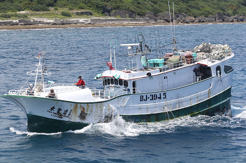 「我明明沒有錯,卻被日本當成犯人對待。」潘建鵬說,船被扣當天,天空有多架無人飛機,他的船則被多艘公務船團團圍住,數量是台灣巡