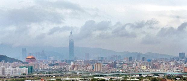 台灣西半部昨空氣品質惡化,中部及雲嘉南地區PM2.5濃度甚至達到「紫爆」等級。台北市空氣品質雖稍好,但天空也是一片霧茫茫。 攝影:蘇