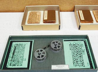 蒋日记手稿原件(上)和胡佛档案馆制作的复制件(下)