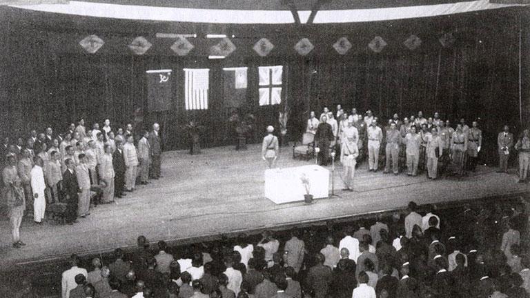 受降典禮現場,牆上由左至右可見蘇聯、美國、中華民國、英國等4國童盟國的國旗。圖/取自維基百科
