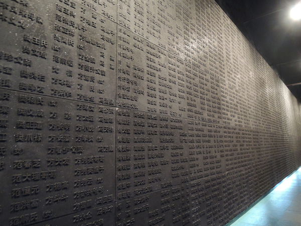 """2010年12月12日,""""南京大屠殺遇難者名單牆""""延長工程在南京大屠殺紀念館墓地廣場開工。   1995年南京大屠殺遇難同胞紀念館內,初建侵華日軍南京大屠殺遇難同胞紀念牆,又名""""哭牆"""",長43米,刻有遇難者姓名3000個。2007年,姓名增加至8244個。2011年,紀念牆延伸至69米,姓名10311個。2012年,還有一千多人的姓名在做核實,準備上牆。"""