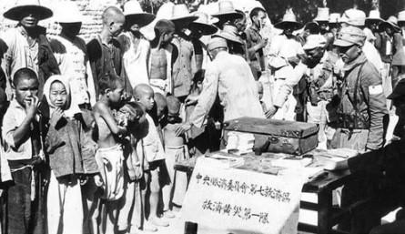 1938年,國民政府和國軍向黃氾區災民發放救濟物質。